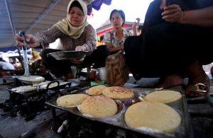 Warga membuat makanan tradisional apem pada acara festival apem di Jl. Sosrowijayan, Yogyakarta. Festival apem tersebut dalam rangka tradisi Ruwahan menyambut datangnya bulan Ramadan.